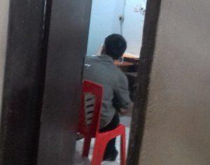 MM alias Asoi sedang menjalani pemeriksaan di ruang penyidik.