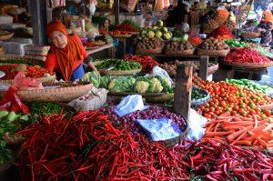 Pedagang sayuran melayani calon pembeli di Pasar Tradisional, Cikurubuk, Tasikmalaya, Jawa Barat, Selasa (5/8). Pasca Lebaran harga komuditas sayuran di Tasikmalaya berangsur turun setelah mengalami kenaikan saat Lebaran. Cabe merah dari harga  Rp 25.000 manjadi Rp 20.000 per kilogram, bawang merah Rp 25.000 menjadi Rp 20.000 per kilogram, tomat Rp 10.000 menjadi Rp 6.000 per kilogram. ANTARA FOTO/Adeng Bustomi/ss/mes/14