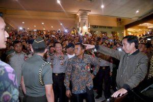 Presiden Jokowi berkunjung ke Mega Mall Manado. Jokowi datang ke Sulut merayakan Natal nasional.