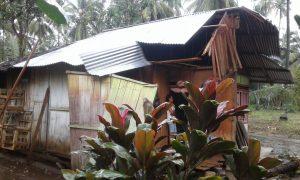 Rumah warga Poigar II, rusak tertimpa pohon