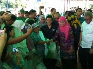 Mensos RI Khofifah Indar Parawansa menyerahkan beras sejahtera kepada masyarakat penerima