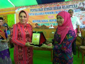 Walikota Tatong Bara bertukar cindera mata dengan Mensos Khofifah Indar Parawansa