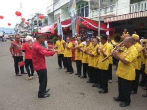 Alat musik tradisional dan lagu khas daerah Bolaang Mongondow, ditampilkan di perayaan karnaval Cap Go Meh