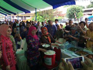 Mensos RI, Khofifah Indar Parawansa dan Walikota Tatong Bara, cicipi nas dari Rastra.