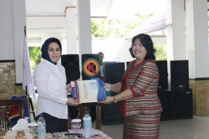 Kepala Perwakilan Ombudsman Provinsi Sulut, Helda Tirajoh, meyerahkan hasilan penilaian kepada Wali Kota Kotamobagu, Tatong Bara.