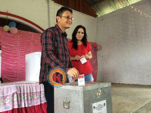 Yanny Ronny Tuuk dan istri Lanny Lesly Kaligis saat memberikan hak pilihnya di TPS