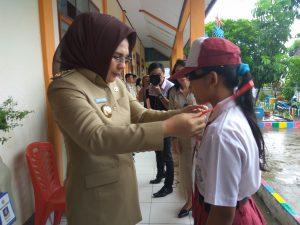 Walikota Tatong Bara saat menyematkan kartu ujian bagi siswa peserta UN tingkat SD/Mi