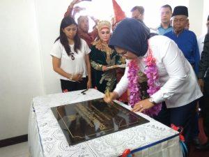 Walikota Tatong Bara saat menandatangani prasasti peresmian Rumah Sakit Umum Kinapit
