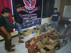 Ratusan minuman beralkohol saat diamankan di Polsek Kotamobagu