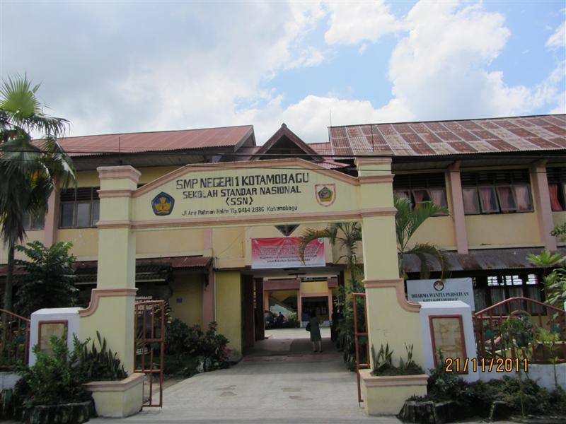 Juara Umum O2SN, Kepala SMP Negeri 1 Kotamobagu Beri Hadiah Siswa Berprestasi Berita Daerah Berita Kotamobagu