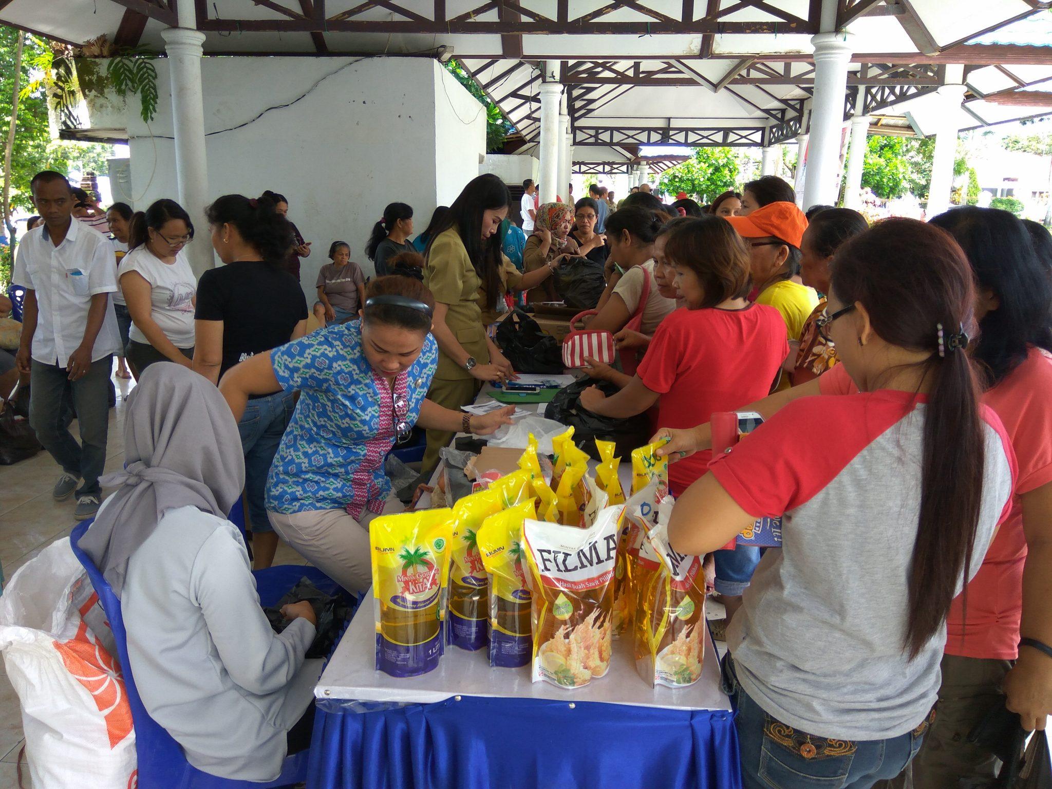 Warga 'Berebut' Sembako di Lapangan Kotamobagu Berita Daerah Berita Kotamobagu Sulut