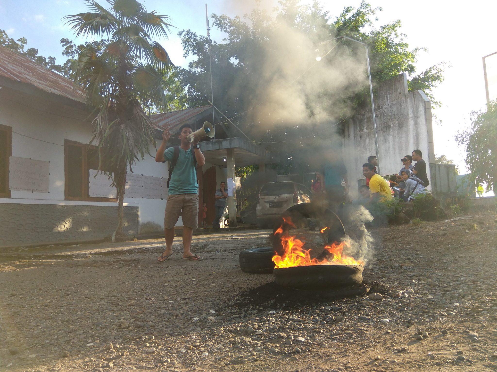 Mahasiswa membakar ban di halaman kampus UDK.