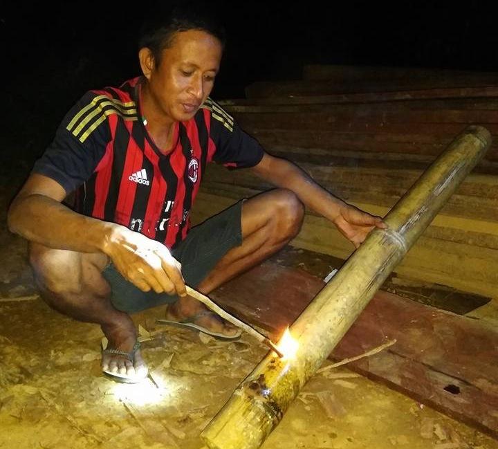 Haykal Damogalad memainkan meriam bambu.