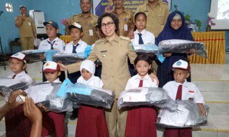 Bupati Yasti Serahkan Bantuan untuk 8.152 Siswa   Berita Bolmong