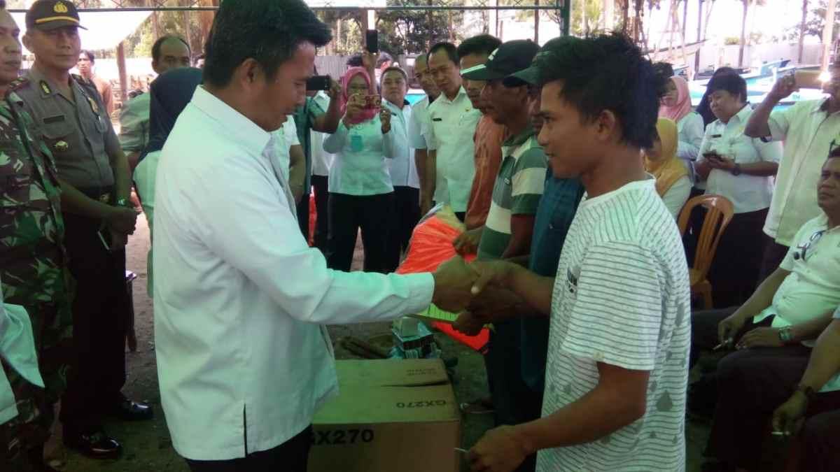 Sekda Bolmong Serahkan Bantuan Kepada 23 Kelompok Nelayan Advertorial
