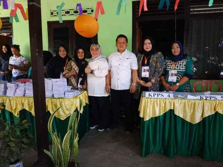 Wawali dan Istri Gunakan Hak Pilih di TPS 35 Gogagoman Berita Kotamobagu