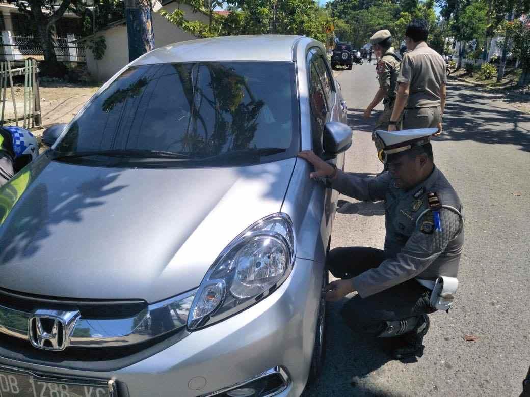 Satpol PP dan Satlantas Gembosi Kendaraan yang Parkir Sembarangan di KTL Berita Kotamobagu