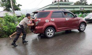 Kapolsek Lolayan Dorong Mobil Warga Ditengah Hujan Deras dan Kemacetan Berita Bolmong Berita Nasional Sulut