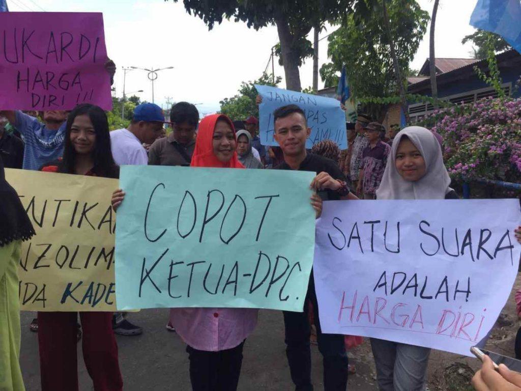 Puluhan Pendukung Sukardi Sugeha Demo di Sekretariat Partai Demokrat Kotamobagu Berita Politik