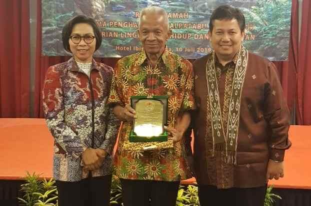 Bupati Yasti Dampingi Marsidi Terima Kalpataru Berita Bolmong