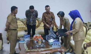 Bupati Bolmong Serahkan Batik Sutera Garut ke KPK Berita Bolmong Berita Nasional