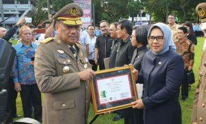 Diserahkan Langsung Gubernur Sulut, Tatong Terima Penghargaan K3 Berita Kotamobagu