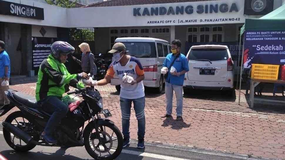 Arema FC Bagikan Makanan Kepada Pekerja Informal Terdampak Korona Berita Olahraga