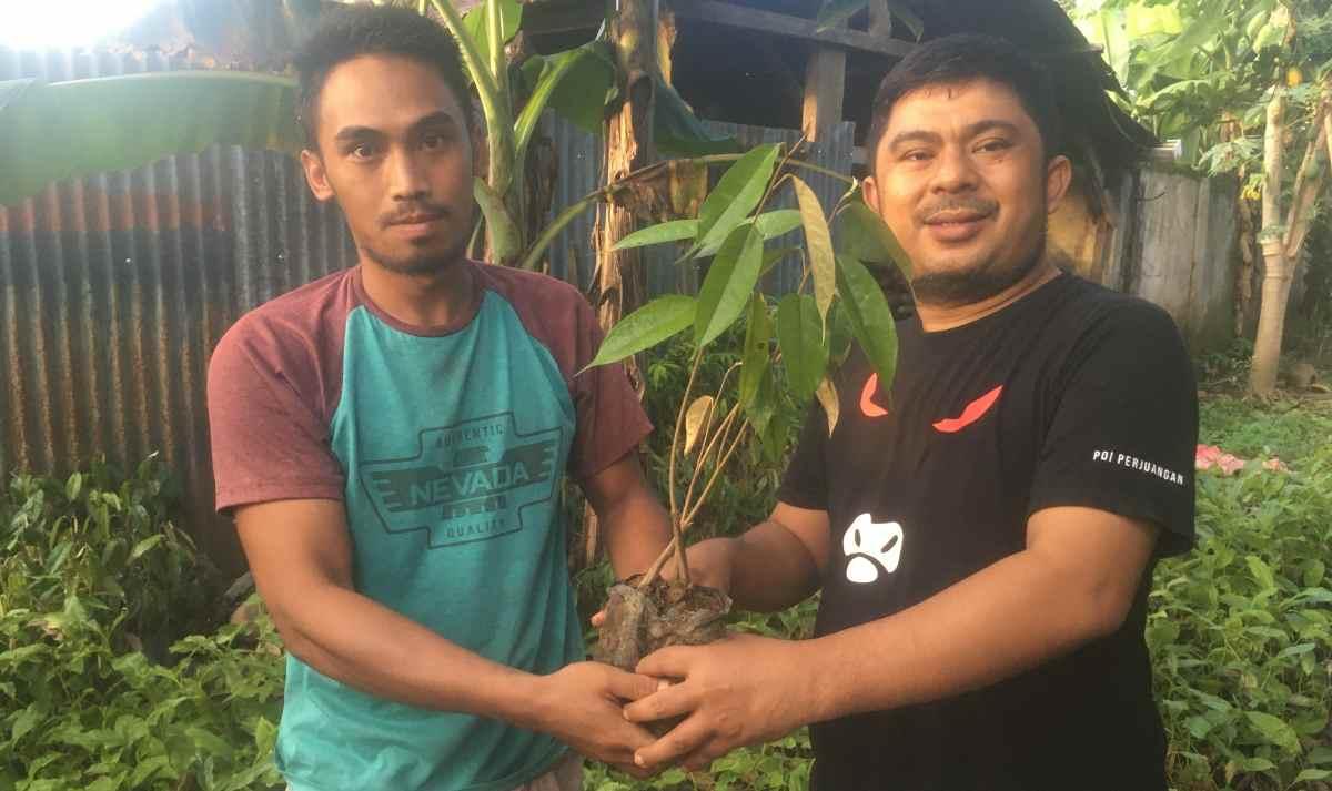 Mekal Bagikan 2.500 Bibit Pohon untuk 5 Poktan Perkebunan Berita Politik