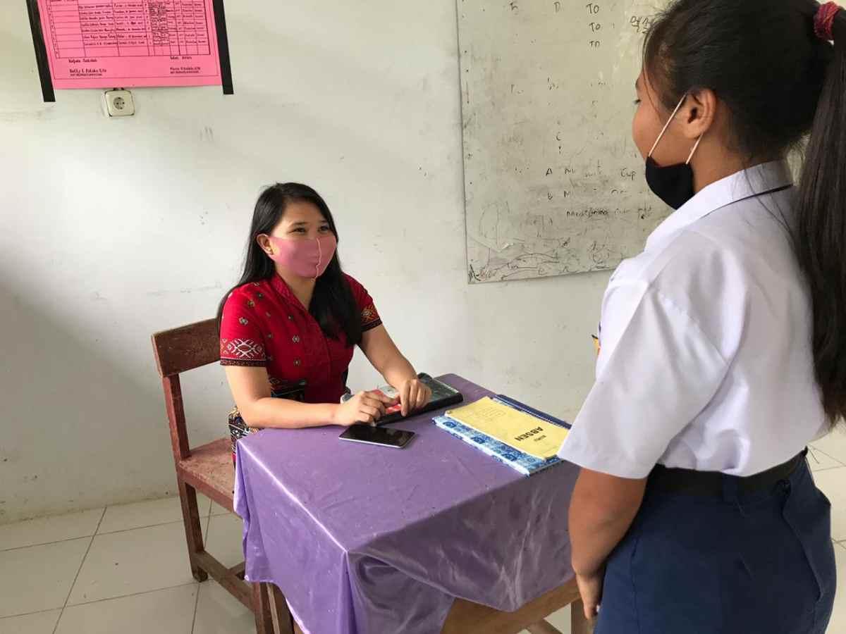 Mengajar di Salah Satu Wilayah Terpencil di Bolmong, Guru Cantik Ini Tempuh 6 Kilometer untuk Sampai ke Sekolah Berita Bolmong