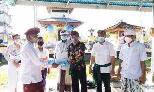 Monitoring Tindaklanjut SE Menteri Agama, Kepala Kantor Kemenag Bolmong Serahkan Bajra dan Masker untuk Umat Hindu Berita Bolmong Berita Daerah Berita Nasional