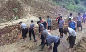 Polres Boltim Terjunkan Personil Buka Akses Jalan Tobongon- Lanut Berita Boltim