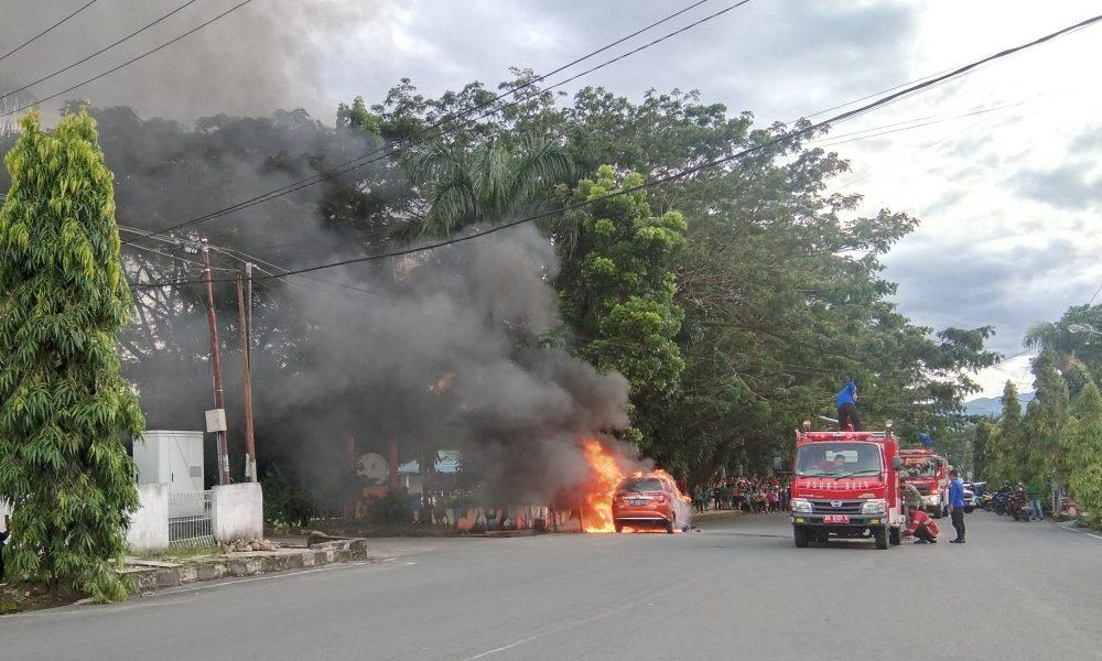 Video: Mobil Calya Terbakar di Kompleks Lapangan Kotamobagu